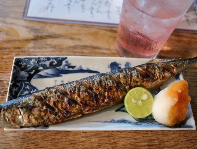 秋刀魚炭火焼とバイスチューハイ