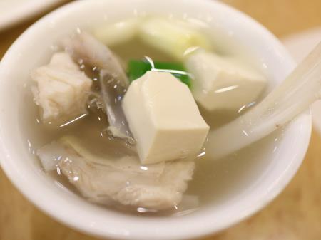 鵝肉城活海鮮(台北居酒屋)白身魚のスープ