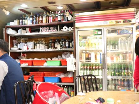 鵝肉城活海鮮(台北居酒屋)酒ショーケースとボトル類