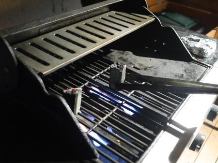 グリルでオガ備長炭を炙る