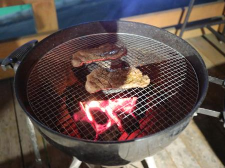 BBQ豚肉を焼く