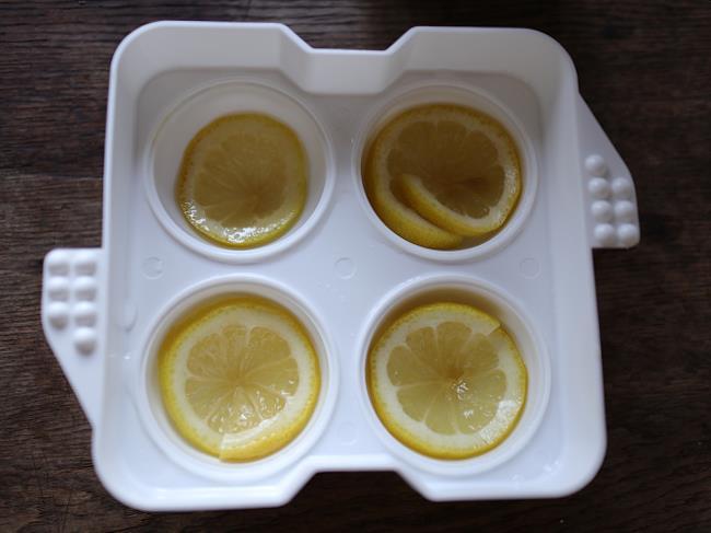 まるい氷製氷器にはちみつレモンを敷く